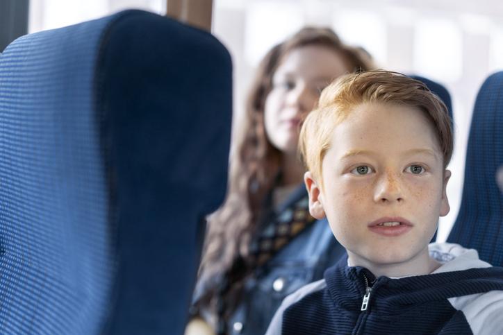 Pojke på buss